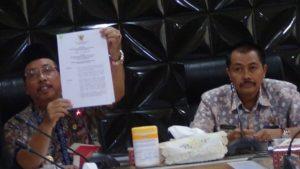 Bupati Rembang, Abdul Hafidz menunjukkan data formasi CPNS, Kamis pagi (13/09).