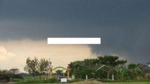 Tiap kali muncul awan pekat pada masa pancaroba, masyarakat diminta waspada.