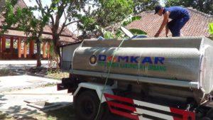 Petugas Damkar mengisi air ke dalam truk tangki, Senin siang. Posko Damkar Rembang saat ini mengalami krisis air.