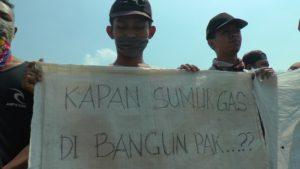Aksi demo warga menuntut dioperasikannya sumur Migas di Desa Krikilan, Kecamatan Sumber.