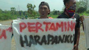 Aksi demo warga di depan lokasi sumur Migas Randugunting II, Desa Krikilan, Kecamatan Sumber, Sabtu pagi. (Gambar atas) Kapolsek Sumber berkoordinasi dengan penjaga sumur Randugunting II.