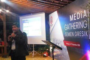Gatot Mardiyana, Kepala Departemen Pendukung Operasional PT. Semen Gresik Pabrik Rembang, menyampaikan data pemasaran semen, saat gathering bersama awak media, Selasa (25/09/2018).