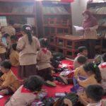 Aktivitas guru sebuah SD di Kecamatan Sumber, Rembang.