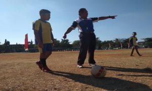 Guru Penjaskes SD N VI Kutoharjo, Kuncono memberikan arahan kepada anak didiknya, belum lama ini.