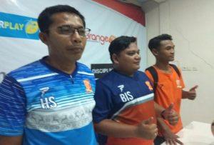 Hadi Surento (paling kiri), pelatih sementara PSIR Rembang menyampaikan tekadnya tetap mendampingi tim sampai Liga 2 berakhir.