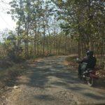 Pengendara sepeda motor melintasi ruas jalan antar desa di Kecamatan Sumber yang kondisinya rusak berat.