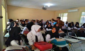 Mahasiswa PSDKU Undip kuliah dengan menumpang bangunan PGRI, sebelah utara Alun – Alun Rembang.