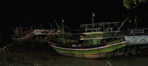 Kapal – kapal nelayan di pesisir pantai utara Sarang ditambatkan seadanya.
