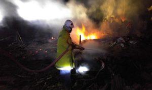 Petugas Pemadam Kebakaran Pemkab Rembang memadamkan api saat kebakaran melanda rumah warga Desa Dadapmulyo, Kecamatan Sarang, Senin dini hari.