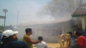 Kebakaran di bangunan gudang SD N Mondoteko, Rembang, Selasa (11/09).