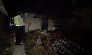 Polisi menggelar olah TKP di toko yang terbakar di Desa Wuwur, Kecamatan Pancur, Sabtu dini hari.