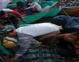 Petugas Pos AL Rembang mengevakusi korban tenggelam di muara sungai Karanggeneng, Rembang, Sabtu pagi.
