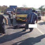 Korban kecelakaan lalu lintas tergeletak di jalur Pantura Desa Bonang, Senin pagi.