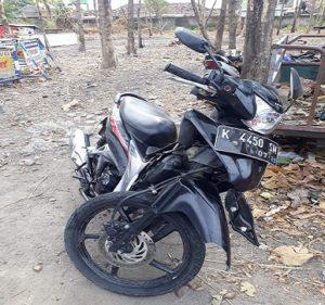 Sepeda motor korban. (gambar atas) Korban kecelakaan tergeletak di pinggir jalur Pantura Desa Bonang, Kecamatan Lasem, Jum'at siang.