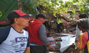 Warga memadati lokasi kecelakaan di Desa Pandangan Kulon, Kecamatan Kragan. (Gambar atas) Jenazah anak yang meninggal dunia akan dibawa menuju rumah duka, Sabtu pagi.