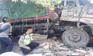 Polisi menggelar olah TKP, pasca kecelakaan yang merenggut jiwa ibu dan anak di pinggir jalur Pantura Desa Pandangan Kulon, Kecamatan Kragan.