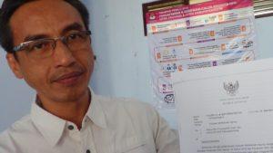 Komisioner KPU Kabupaten Rembang, menunjukkan surat edaran dari KPU RI dan mengecek berkas Bacaleg Partai Hanura, Kamis (20/09).