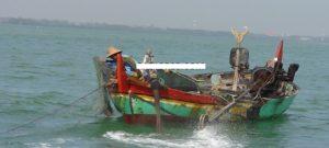 Nelayan di Rembang tampak mengoperasikan jaring cothok atau payang, untuk menangkap ikan.