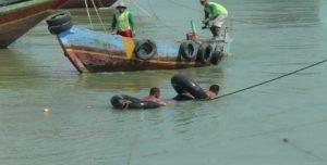 Aktivitas nelayan di sekitar pelabuhan Tasikagung, Rembang, belum lama ini.