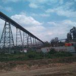 Posisi long belt conveyor dari atas perbukitan menuju pabrik semen PT. Semen Gresik Pabrik Rembang, mampu menghasilkan listrik untuk keperluan suplai bahan baku.