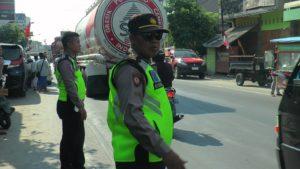 Polisi mengatur lalu lintas di pinggir jalur Pantura Sarang.