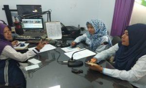 Petugas PLN Rayon Rembang memaparkan masalah pencurian listrik saat talkshow di Radio R2B, Selasa (04/09).