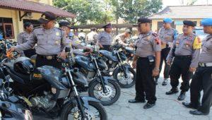 Aparat Polres Rembang saat mengecek kesiapan kendaraan mereka, untuk pengamanan tahapan kampanye Pemilu Legislatif dan Pemilu Presiden.