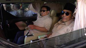 Calon presiden, Prabowo Subianto naik mobil, keluar dari halaman rumah Ketua DPC Gerindra Kabupaten Rembang, Sabtu siang.