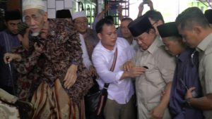 Kedatangan calon presiden, Prabowo Subianto di kediaman Kiai Maimoen Zubair. (Gambar atas) ratusan santri mendengarkan pidato Prabowo, Sabtu (29/09).
