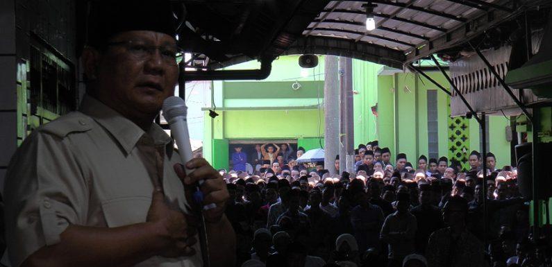 Ramai, Santri Berlarian Kejar Capres Prabowo