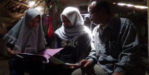 Sukari, warga Dusun Grabag Desa Sridadi bersama putri kembarnya yang batal masuk Undip, karena kendala biaya. Keduanya hanya bisa menangis.