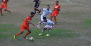 """Pemain PSIR, Khairun Nasikin menggiring bola disaksikan Zaenal Arifin """"Zae"""" (orange), saat menghadapi Persiraja Banda Aceh, Senin sore."""