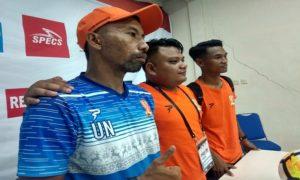 Pelatih PSIR Rembang, Uston Nawawi (kaos biru) dalam konferensi pers menyatakan siap mundur.