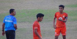 Pelatih sementara PSIR Rembang, Hadi Surento (kaos biru) mengarahkan pemainnya dalam sebuah pertandingan, baru – baru ini.