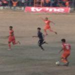 """Pemain sayap PSIR, Zaenal Arifin """"Ceng"""" (orange) menggiring bola, saat bertanding melawan Persika Karawang, Sabtu sore."""