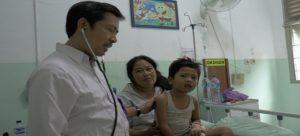 Dokter spesialis anak di rumah sakit dr. R. Soetrasno Rembang memeriksa pasien. Dalam seleksi calon aparatur sipil negara, Pemkab Rembang membuka lowongan cukup banyak dokter spesialis.