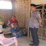 Bupati Rembang, Abdul Hafidz beserta isteri, saat mengunjungi rumah tidak layak huni.