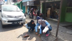Pelajar memungut sampah di sebelah timur Pasar Rembang. (gambar atas) Sampah terkumpul sangat banyak di sekitar Pelabuhan Tasikagung, Rembang, Sabtu pagi.