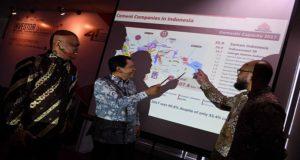 Direktur Marketing & Supply Chain Semen Indonesia, Adi Munandir (kanan), Sekretaris perusahaan, Agung Wiharto (tengah) dan Direktur Utama Semen Gresik, Mukhamad Saifudin (kiri) memaparkan kinerja perusahaan di hadapan investor.