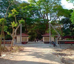 Gapura masuk obyek wisata Sumber Semen. (gambar atas) Keramaian warga menikmati kolam renang baru di lokasi wisata Sumber Semen Sale.