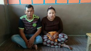 Pasangan suami isteri warga Desa Bonjor, Kecamatan Sarang yang mengaku menjadi korban penganiayaan.