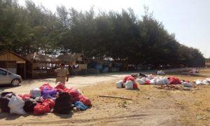 Sampah yang dipunguti, kemudian dimasukkan ke dalam kantung plastik dan karung masih menumpuk di pinggir Pantai Balongan, Kragan, Senin siang.