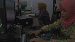 ASN di jajaran Pemkab Rembang mengenakan pakaian berbahan batik tulis Lasem.