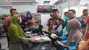Bupati Rembang, Abdul Hafidz memantau launching program bantuan pangan non tunai di Desa Kemadu, Kecamatan Sulang, Selasa (30/10).