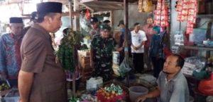 Bupati Rembang, Abdul Hafidz berbincang dengan pedagang Pasar Rembang, beberapa waktu lalu.