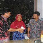 Bupati Rembang, Abdul Hafidz menyerahkan bantuan penataan rumah tidak layak huni (RTLH) dari salah satu bank swasta, Kamis pagi.