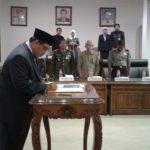 Ketua DPRD Rembang, Majid Kamil saat melantik Ali Imron Wahyudi (kanan), Selasa pagi.