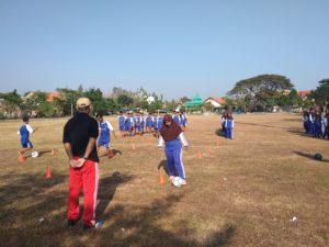 Para pelajar memanfaatkan ruang terbuka hijau Borotugel, untuk olahraga.
