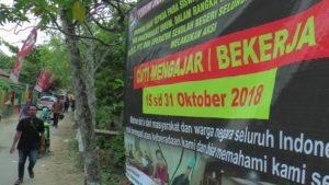 Banner dari Forum Honorer Indonesia yang menyatakan cuti mengajar, tampak terpasang di dekat pertigaan Desa Kemadu, Kecamatan Sulang, Senin (15/10).