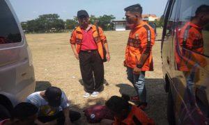 Sekretaris KONI Rembang, Heri Susetyo mengobrol dengan atlet yang berlaga dalam Porprov Jawa Tengah di Solo.